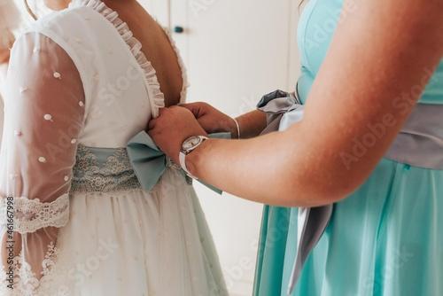 Fototapeta Manos con vestido de primera comunión