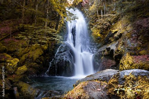 Canvas Superbe cascade en Ariège, prise en pose longue, dans les Pyrénées - Occitanie -