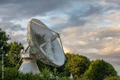 Billede på lærred The large parabolic antenna against sky