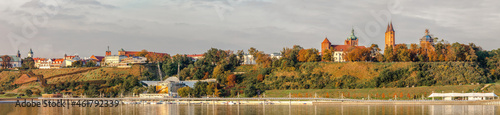 Foto panoramic view of the boulevard and old town in Płock