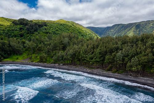 Fotografiet Vue d'avion des falaises de Big Island et sa plage de sable noir, Hawaii