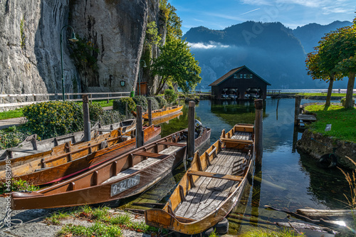 Photo View of the prow of a Plätte, a traditional wooden flat boat, moored at the beautiful Traunsee, Austria, Gmunden, 01