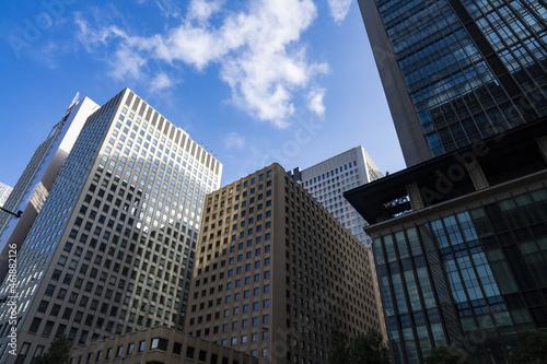 Photo 高層ビルの谷間に見える青空、高層ビルディングのリフレクション、高層ビルに映る青空