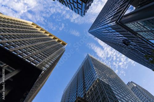 Canvas Print 高層ビルの谷間に見える青空、高層ビルディングのリフレクション、高層ビルに映る青空