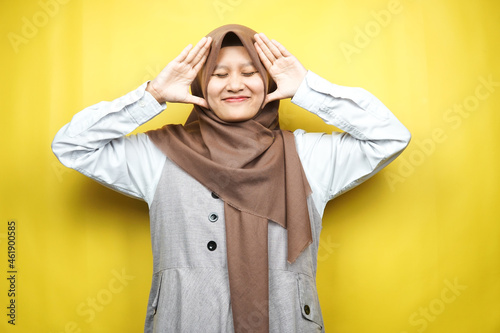 Obraz na plátně Beautiful young asian muslim woman upset, angry, dissatisfied, displeased, hatef