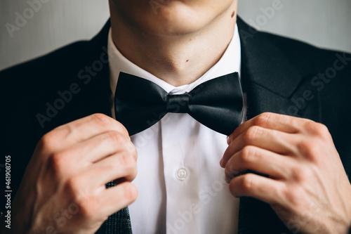 Murais de parede the man's hands are holding a bow tie