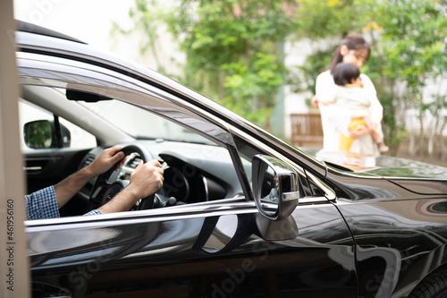 Obraz na plátne 車の前の横断は危ないよ~!の交通事故注意啓蒙に使える写真 被写体ボケ1