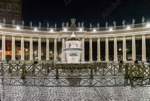 Foto The massive Doric colonnades in St. Peter's square, Rome, Italy