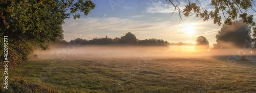 Fotografie, Obraz Sonnenaufgang über Garbsener Wiesen bei Hannover mit Bodennebel im frühen Herbst