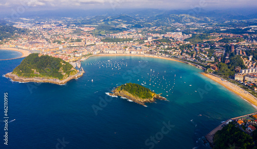 Tableau sur Toile Aerial view of San-Sebastian and Beach of La Concha at sunny day, Spain