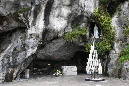 Canvas Print Lourdes, ville des miracles et des pèlerins venus prier la Vierge Marie devant l