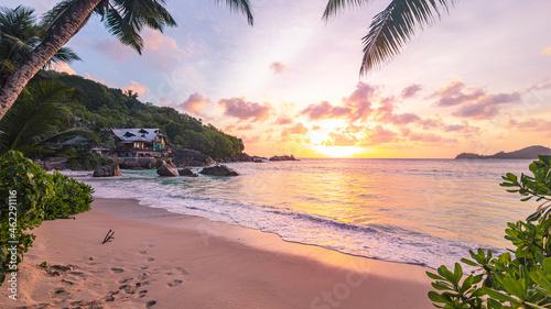 Obraz na plátně Romantischer Sonnenuntergang am Strand Anse Takamaka Beach mit Blick auf Chez Ba