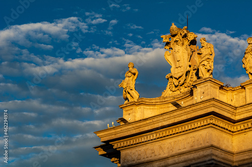 Foto A group of Saint Statues on the colonnades of St Peter's Square in Vatican City