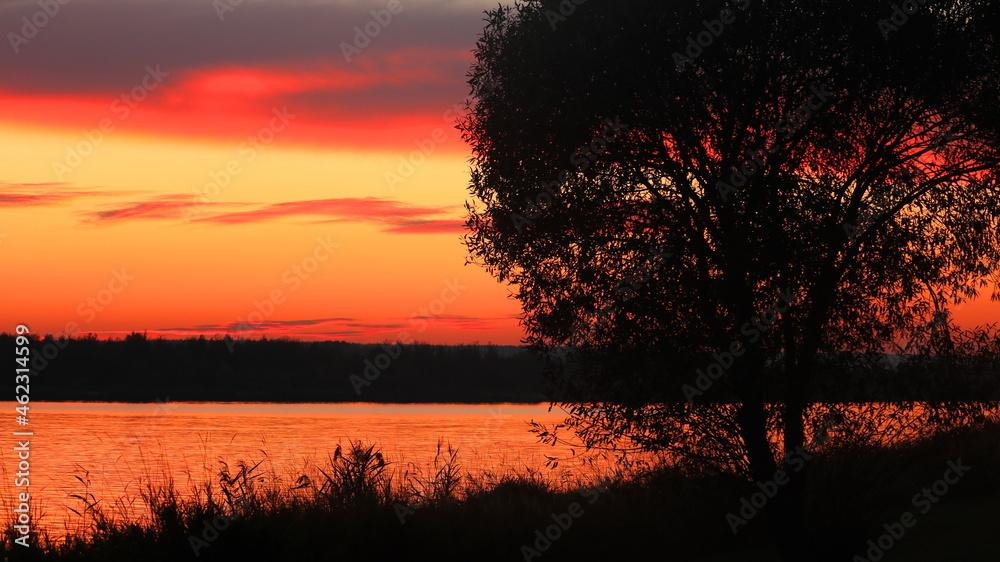 Widok na jezioro tuż po zachodzie słońca