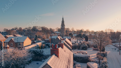 Foto snowy village with church from drone