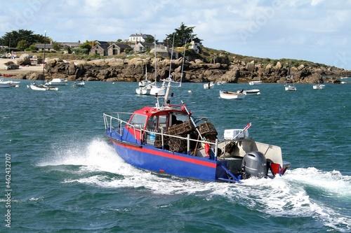 Fotografie, Obraz bateau de pêche au homard dans l'archipel des îles Chausey dans la Manche