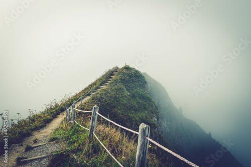 Fotografía Nebeliger Berg mit treppen und geländer