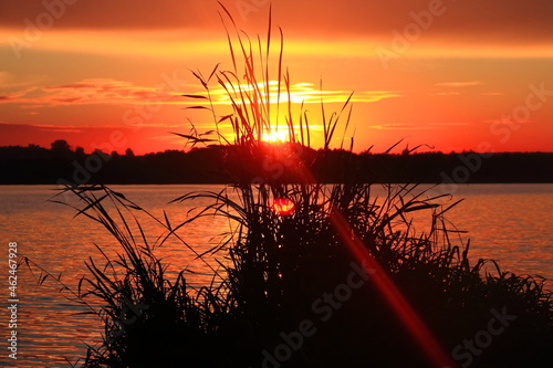 Zachód słońca nad jeziorem. lake at sunset