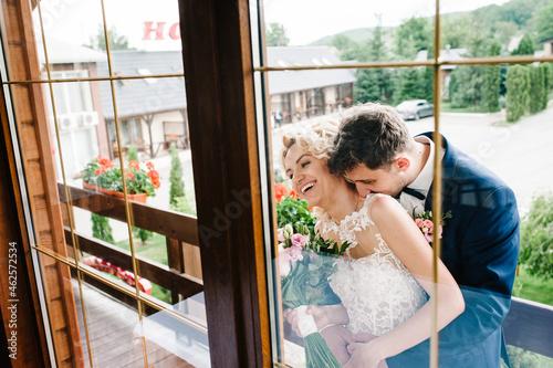 Billede på lærred The bride and groom kissing