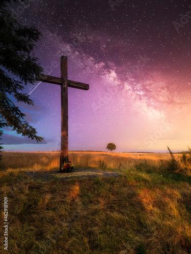 Fotografiet Krzyż na tle drogi mlecznej