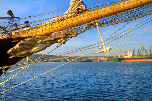 Photo View of the bow and the figurehead of a sailing ship close-up against the backgr
