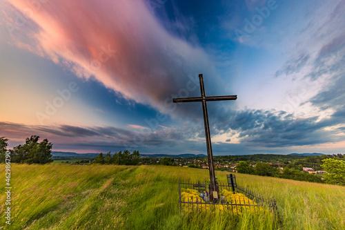 Valokuvatapetti Krzyż na górze nad miastem.