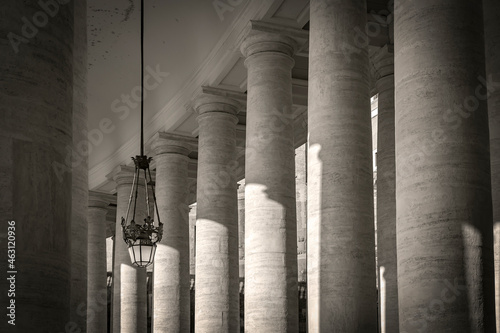 Colossal Tuscan colonnades in in Piazza San Pietro (St Fototapet