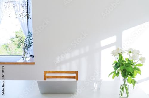 Fototapeta 午後の出窓の前のノートパソコンと白い薔薇