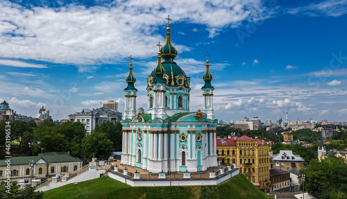 Photo Aerial drone view of Saint Andrew's church and Andreevska street from above, cit