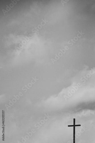 Valokuva Cruz y cielo con nubes blanco y negro