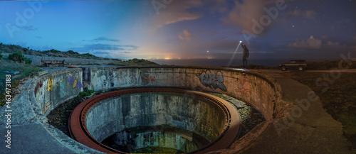 Canvastavla Lugar abandonado, hueco de un cañón de artillería de costa, transición de noche