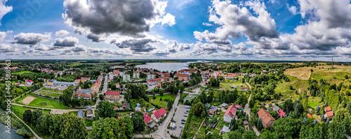 miasto Ryn nad jeziorem Ryńskim na Mazurach w Polsce, panorama z lotu ptaka