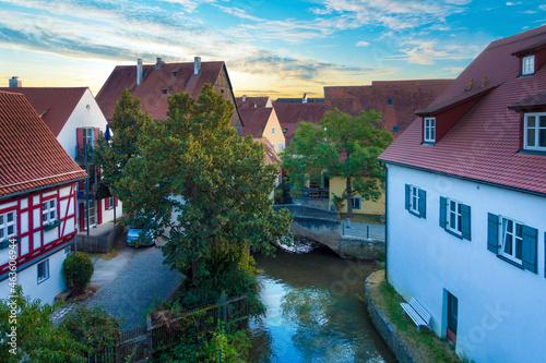 Slika na platnu Der Fluss Eger im Viertel der Bleicher in der Altstadt von Nördlingen