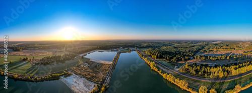 wschód słońca na terenach leśnych i rekreacyjnych w Grojcu województwo Opolskie w Polsce z lotu ptaka
