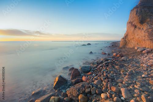 Kamienista plaża nad morzem Bałtyckim