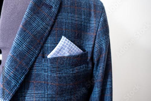 Fotografia Closeup shot of pocket with a handkerchief on bespoke custom-made blue check sui