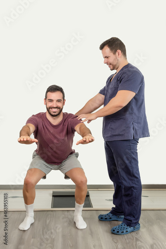 Foto Physiotherapist instructing the patient on the correct position for knee flexion