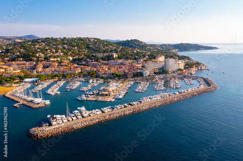 Photo Aerial view of the small seaside town of Sainte-Maxime, located in the south-eas