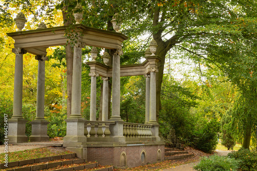 Fotografia A colonnade built on an octagonal floor plan with eight Ionic columns, four of which are replicas of eighteenth-century vases in Canyons Park in Baarn