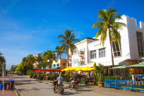 Foto Miami Beach - Bike Riding Down the Beach Boulevard