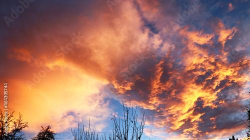Październikowy zachód słońca przy wietrznej pogodzie.
