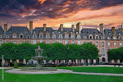 Fotografie, Tablou PARIS - View of the park at the center of the colonnaded Place des Vosges
