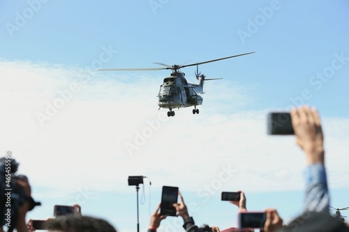 Photo Low Angle View Of Helicopter Flying Against Sky